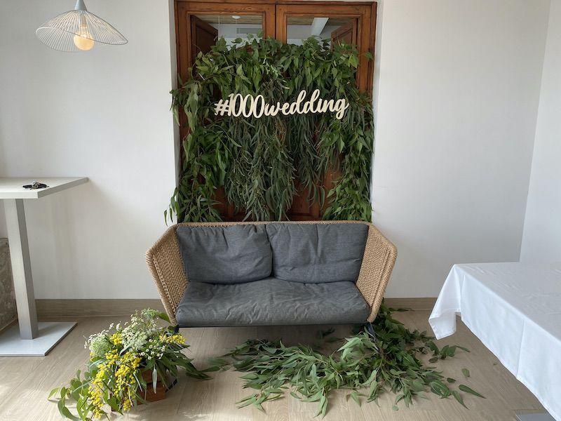 photocall con guirnaldas de eucaliptus y centro floral.