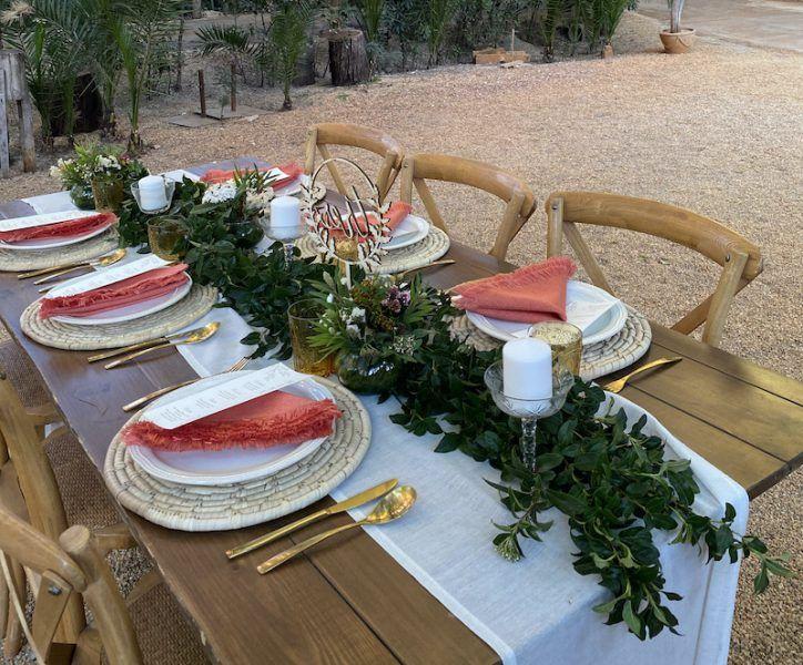 mesa, guirnalda, flores, velones
