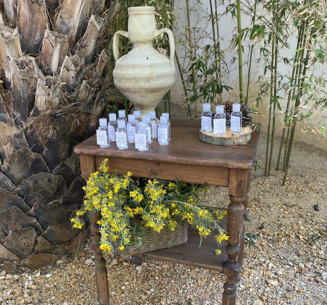 mesita, anti covid, cesto con flores